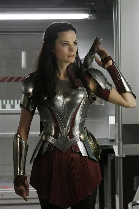 thor movie lady sif sneak peek jaimie alexander brings thor sidekick lady