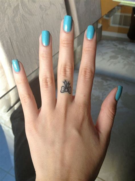 tattoo pain on finger meer dan 1000 idee 235 n over strik vinger tatoeages op