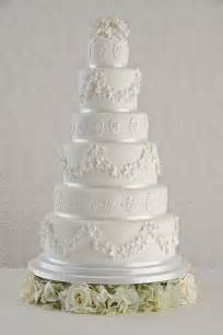 Some brides choose to add actual pieces of lace to their cake but it