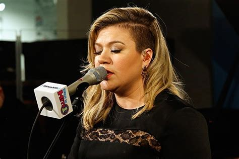 what does kelly clarkson hair look like kelly clarkson says difficult pregnancy inspired her haircut