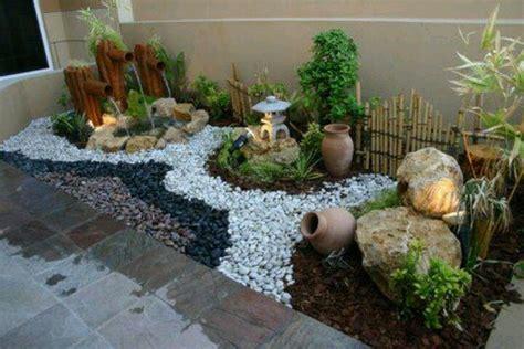 decorar el jardin con piedras ideas para organizar el jardin con piedras bambu y plantas