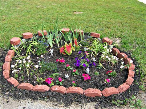 creare aiuole in giardino come creare aiuole fiorite senza spendere troppo guida