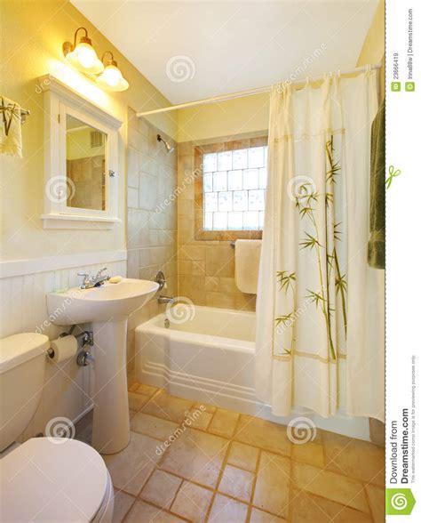 banheiro pequeno com o chuveiro branco moderno imagens de