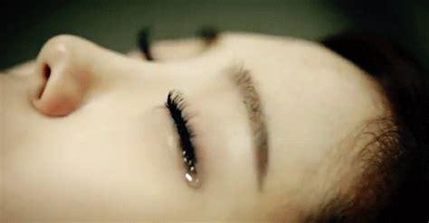 animasi gambar gerak wanita menangis photo gif dolapdolop kumpulan puisi dan lagu