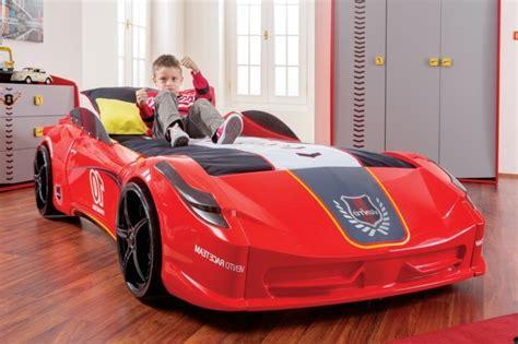 lit voiture fille le lit voiture pour la chambre de votre enfant archzine fr