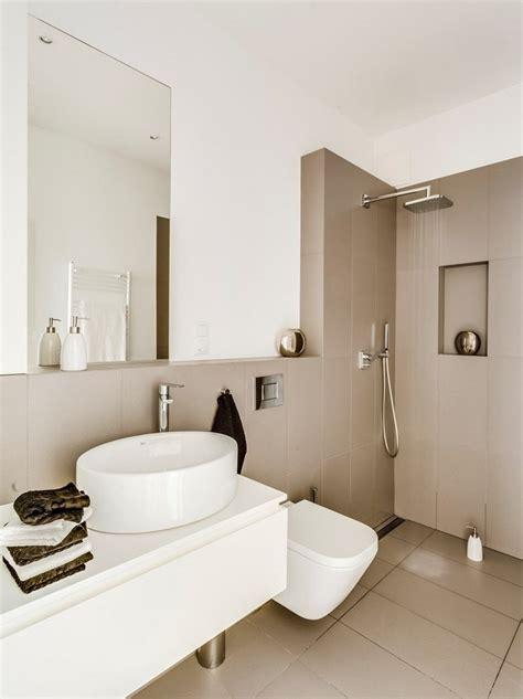 fliese weiß kacheln badezimmer beige braun cappuccino fliesen und