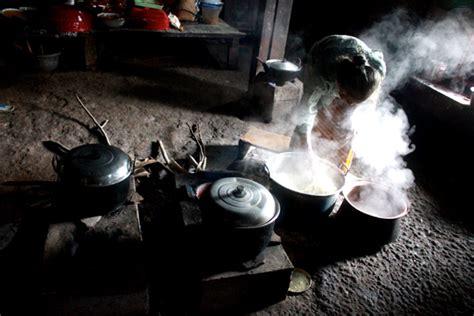 Kritik Teks Jawa sejak hari jumat atau empat hari sebelum nyadran mbah poermi sangat sibuk memasak di dapur jpg
