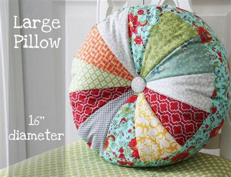 Cushion Pillow Designs by Best 25 Pillow Ideas On Quilt Pillow