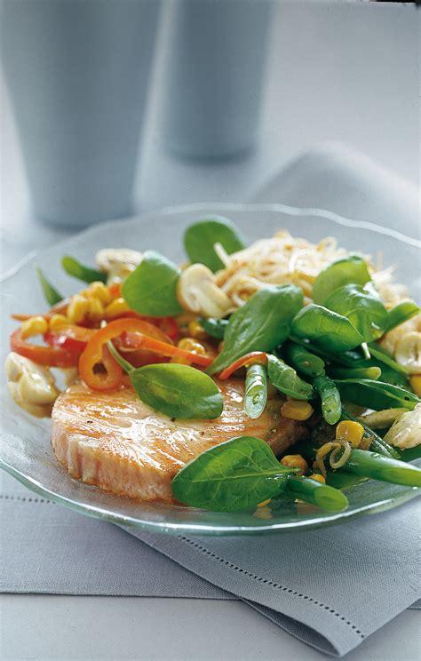 come cucinare il salmone fresco a tranci tranci di salmone fresco con insalata ricca sale pepe