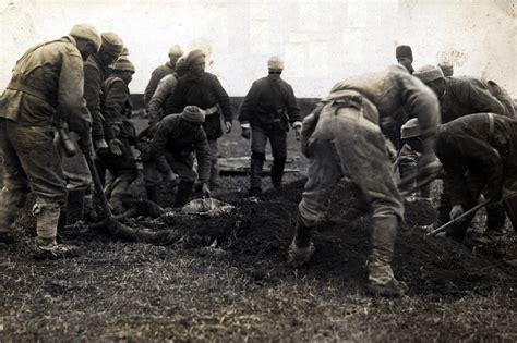 ottoman muslim datoteka ottoman soldiers burying the muslim civilians