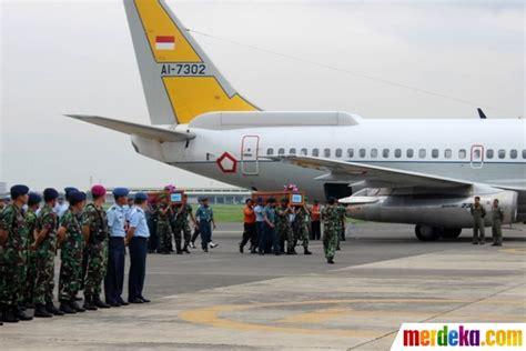 airasia juanda foto prajurit tni sambut kedatangan jenazah korban
