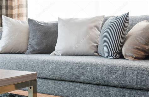 cuscini per divano grigio riga di cuscini sul divano grigio con lada nera nel
