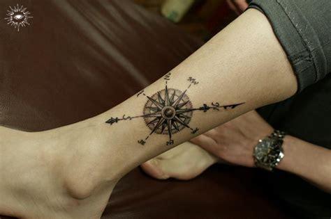 tattoo compass znaczenie tatuaż kompas noga przez song yeon