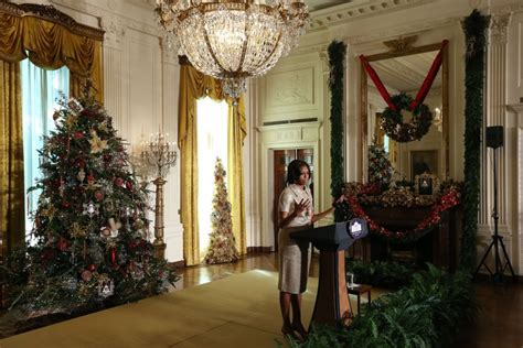 white house gold room michelle obama unveils white house 2012 holiday decorations