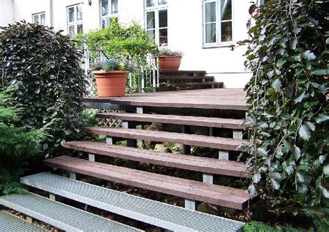 holzterrasse treppe holzterrasse mit treppe terrassenunterbau aus profilstahl
