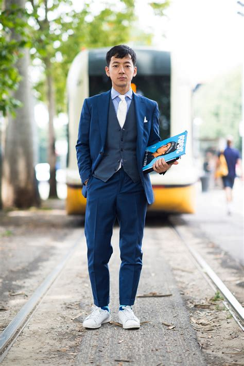 Setelan Adidas Style 5 tips memadukan sepatu sneakers dengan jas