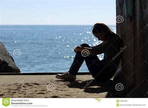 imagenes de navidad triste y sola muchacha adolescente sola y tristeza en la playa fotos de