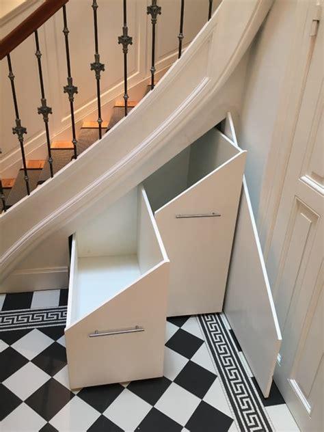 schrank unter treppe treppen schrank stauraum unter treppe klassisch
