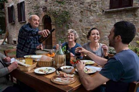 tavola italiana winenews l estate in famiglia degli italiani a tavola