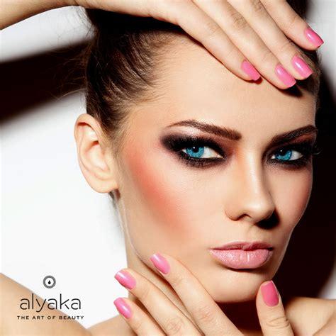 prominent cheekbones a lookback on 2017 s hottest beauty trends alyaka