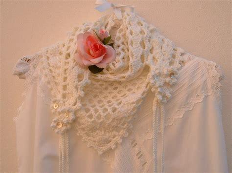 sciarpa con fiori all uncinetto sciarpa all uncinetto in con fiori e trecce