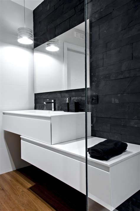 parete rivestita in legno bianco nero e differenti texture materiche nella sg house
