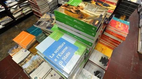 libri di testo usati genitori e studenti in fila per i libri di scuola usati