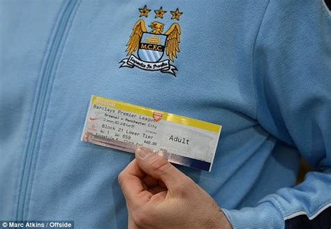 linesman tells manchester city players to thank fans at