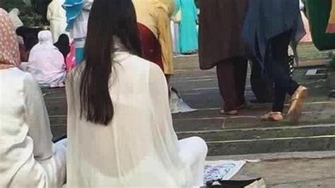 Foto Baju Wanita Transparan foto wanita pakai baju transparan saat shalat ied hebohkan
