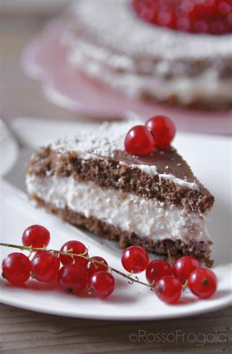 torta al cioccolato bagnata torta al cioccolato con ribes e cocco rosso fragola
