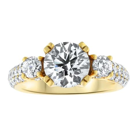 beautiful 18k yellow gold engagement ring with 2ct
