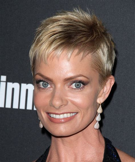 jaime pressly s chic short bob with the sides tucked back jaime pressly hair jaime pressly short straight formal