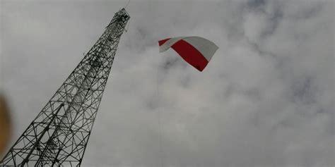 Tinggi Putih Merah bendera merah putih di palembang berkibar di tower