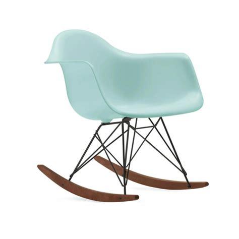 chaise à bascule eames chaise eames une des ic 244 nes du design contemporain
