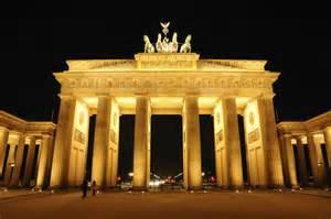 Foto vista de la puerta de brandeburgo iluminada en berl 237 n ociogo