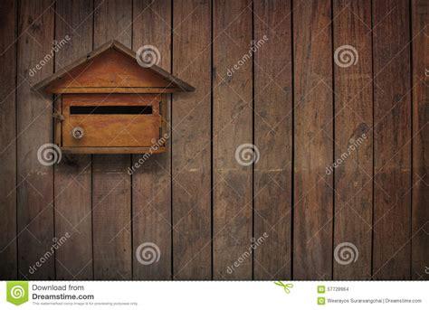 cassetta lettere legno cassetta delle lettere di legno foto stock iscriviti gratis