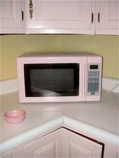 Microwave Kuche der mikrowellen ist rosa und klein kuche