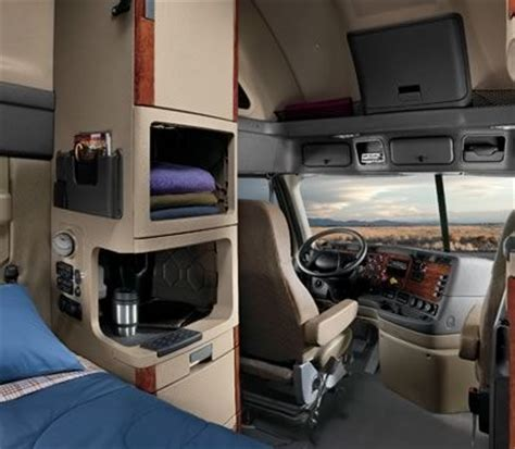 Do 18 Wheelers Bathrooms by 25 Best Ideas About Freightliner Trucks On