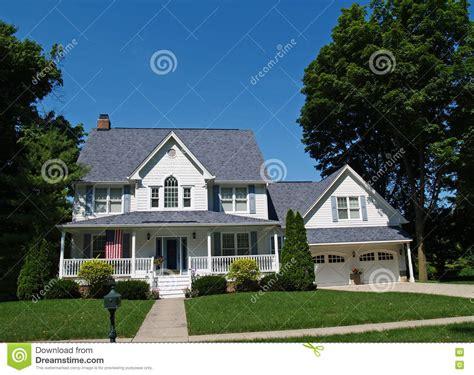 Haus Mit 6 Schlafzimmern by Zweist 246 Ckiges Wei 223 Es Haus Mit Garage Stockfoto Bild