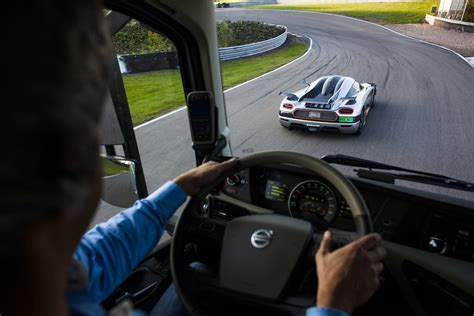 koenigsegg  meets  tonnes  volvo truck video evo