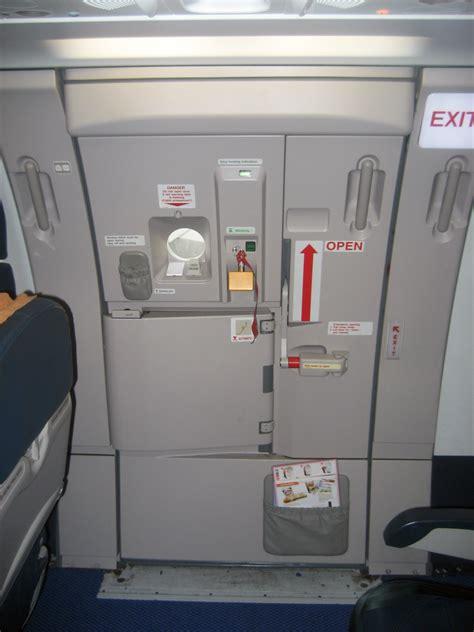 airplane bathroom door file a321 door 3r jpg wikimedia commons