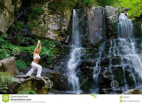 imagenes yoga naturaleza yoga en la naturaleza fotograf 237 a de archivo libre de