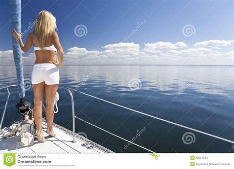 boat slip que es mujer rubia joven hermosa en un barco de vela imagenes de