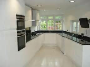 fitted kitchen ideas cuisine blanche avec plan de travail noir 73 id 233 es de