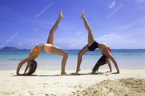 imagenes haciendo yoga dos chicas haciendo yoga en la playa foto de stock