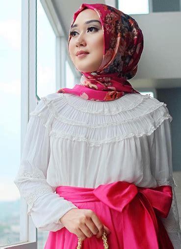 contoh gaya berpose dian pelangi gaya jilbab ala dian pelangi terbaru