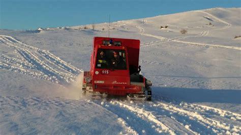 gatto delle nevi in the panchine preparazione della pista nera vulcano