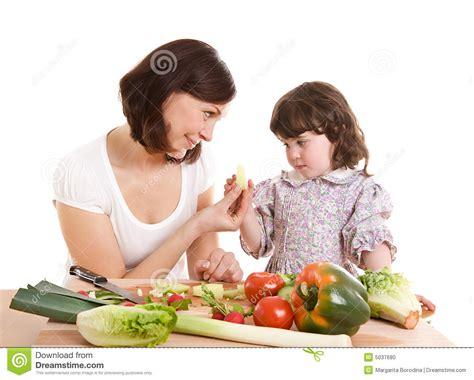 mama e hija cocinando madre e hija que cocinan en la cocina foto de archivo