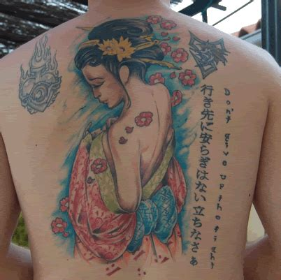 tattoo de geisha en espalda geisha semidesnuda tatuajes 123