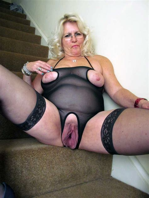 Mature Showing Her Big Pussy Oojewelzoo